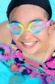 Chica feliz en piscina — Foto de Stock
