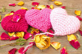 Knitted valentine's hearts on a wooden background close up — Stock Photo