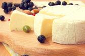 Smaczne gotowe do spożycia plasterki sera camembert — Zdjęcie stockowe