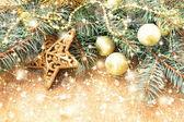 Golden glänzende star und anderen weihnachtsschmuck — Stockfoto