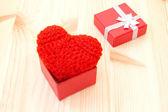 Doos met rode gebreide valentine's hart — Stockfoto
