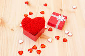 Box with a cute red knitted valentine's heart — Foto de Stock