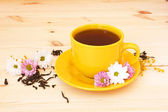 Cup of fragrant tea and flowers — Stock Photo