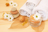 Spa stuff and gentle white daisies on a wooden background — Stockfoto