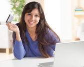 Adorable femme latina, magasinage en ligne — Photo