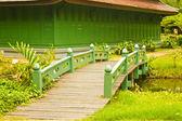 Boa velha ponte de madeira no parque no verão. — Fotografia Stock