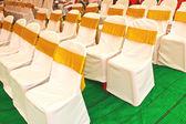 Křeslo luk pro svatební hostinu v místnosti — Stock fotografie
