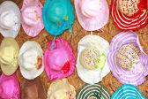 Set van stro geweven hoeden met kleurrijke linten in een rij — Stockfoto