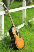 Single guitar against green grass — Foto de Stock