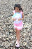 Little asian girl walking to the beach  — Foto Stock
