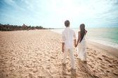 Camminando sulla spiaggia — Foto Stock