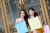 Donne presso il negozio — Foto Stock