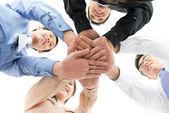 Prise de vue conceptuelle d'une équipe de commerciaux dédiés joignant les mains — Photo