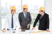 трех инженеров — Стоковое фото