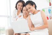 Três adoráveis mulheres asiáticas — Fotografia Stock