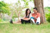 Sedět na trávě — Stockfoto