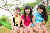 Tre skrattande systrar — Stockfoto