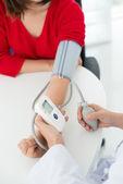 Medición de la presión arterial — Foto de Stock