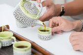 Derramando chá — Fotografia Stock