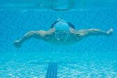 Schwimmen unter wasser — Stockfoto