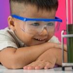 interesado en química — Foto de Stock