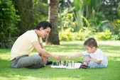 Hraje šachy s tátou — Stock fotografie