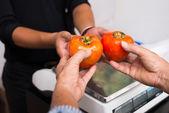 Alıcı satıcı sebze veriyor — Stok fotoğraf
