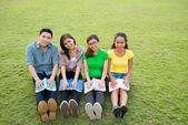 学生在草坪上 — 图库照片