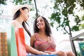 Dwie dziewczyny na zewnątrz — Zdjęcie stockowe