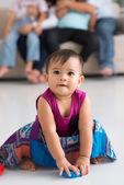 ładny dziewczyna siedzi na podłodze — Zdjęcie stockowe