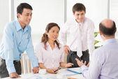 Chef diskuterar med sina anställda — Stockfoto
