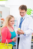 Pharmacist giving practical advice — Stock Photo