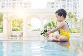 Kid in swimming pool — Stock Photo