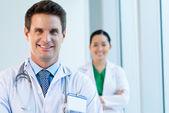 Médico de mediana edad — Foto de Stock
