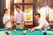 Manager playing pool — Foto Stock
