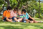 Bambini con tavoletta digitale — Foto Stock