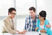 Famiglia avendo consultazione con un agente immobiliare — Foto Stock