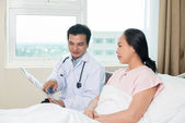 Doctor talking with patient — Stock Photo
