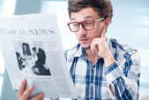 Man reading shocking article — Stock Photo