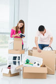 Couple packing their belongings — Stock Photo