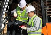 Forklift operatörü ile konuşurken yöneticisi — Stok fotoğraf