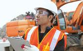 Escavatore e operaio edile — Foto Stock