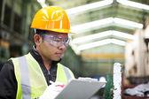 Tovární dělník na schránky — Stock fotografie