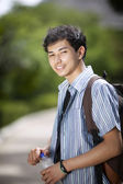 Ung asiatisk student i parken — Stockfoto