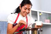 台所で料理を若い女性 — ストック写真