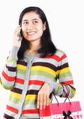 Mujer con el bolso y teléfono móvil de compras sobre fondo blanco — Foto de Stock