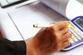 Mão de conceito de negócio analisando dados financeiros — Fotografia Stock