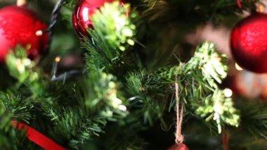 Focus Christmas tree intermittent lights background — Stock Video