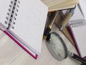 Notatnik z lupą — Zdjęcie stockowe