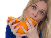 Woman eating oranges — Stock Photo